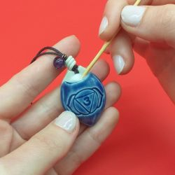 Colar difusor aromático pessoal, feito artesanalmente em cerâmica, para terapias com  óleos essenciais